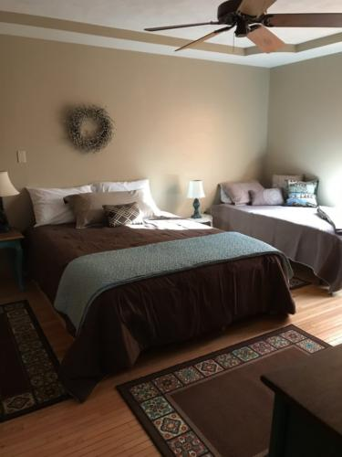 White River Room-Queen and twin bedroom with adjoining bath